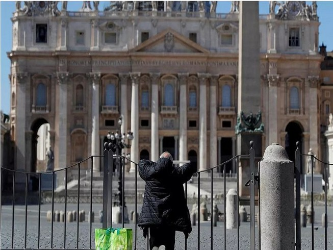 Một người đàn ông cầu nguyện trước Quảng trường Saint Peter ở TP Rome, Ý ngày 25-3. Ảnh: REUTERS
