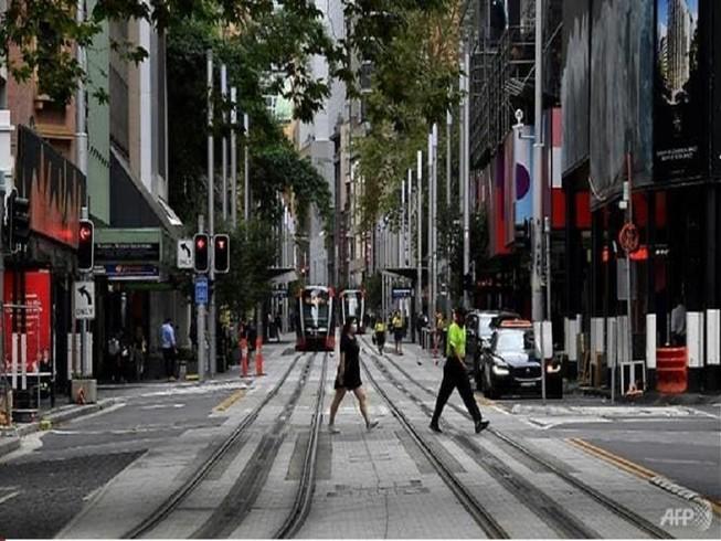 Đường phố tại TP Sydney, Úc những ngày này có vẻ vắng hơn do các lệnh hạn chế ra ngoài. Ảnh: AFP