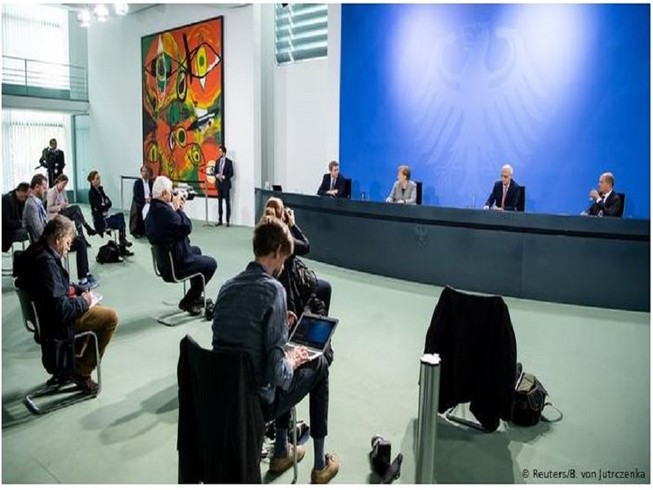 Cuộc họp báo thông báo về kế hoạch dỡ bỏ phong tỏa tại thủ đô Berlin, Đức hôm 15-4. Ảnh: REUTERS