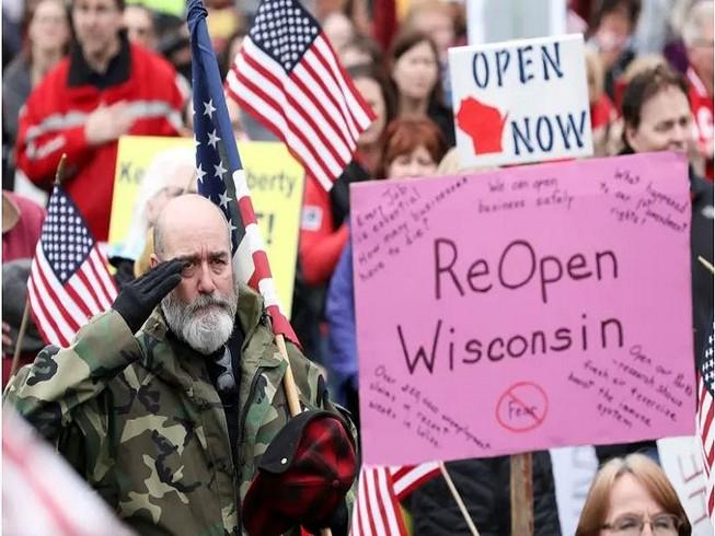 Người dân bang Wisconsin biểu tình, đòi nhà chức trách mở cửa lại nền kinh tế. Ảnh: REUTERS
