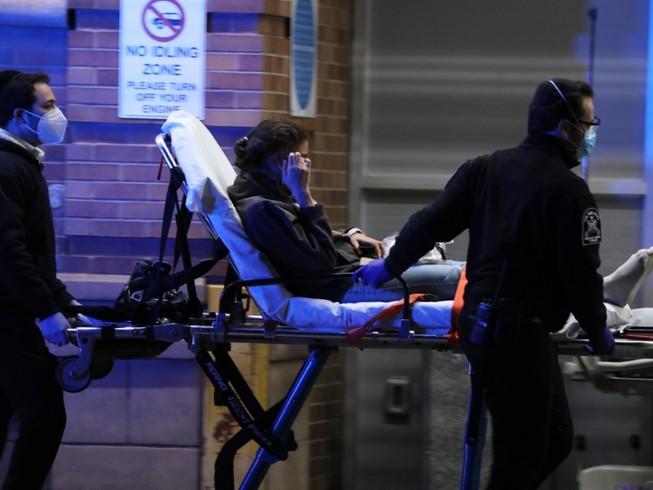 Bệnh nhân COVID-19 ở TP New York(Mỹ) được di chuyển đến bệnh viện ngày 23-4. Ảnh: REUTERS