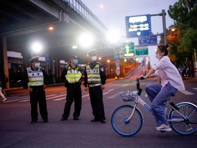 Cảnh sát đeo khẩu trang làm nhiệm vụ trên đường phố Thượng Hải, Trung Quốc hồi tháng 2-2020. Ảnh: REUTERS