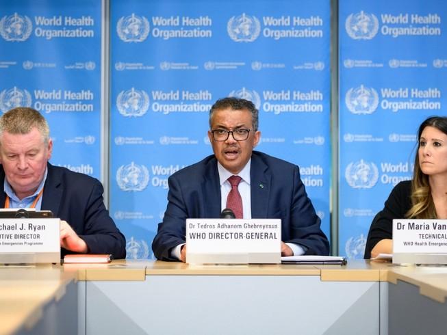 Tổng Giám đốc WHO Tedros Adhanom Ghebreyesus (giữa) trong một cuộc họp báo về tình hình COVID-19, ở TP Geneva (Thuỵ Sĩ). Ảnh: REUTERS