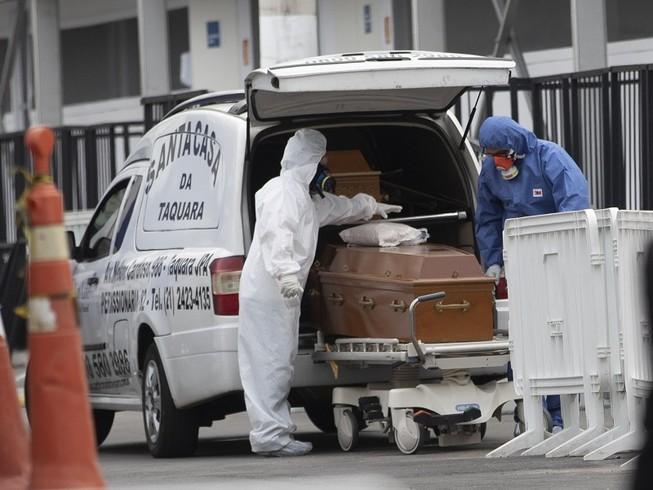 Quan tài chứa thi thể một người chết vì COVID-19 ở Rio de Janeiro (Brazil) được đưa đi an táng hôm 4-6. Ảnh: AP