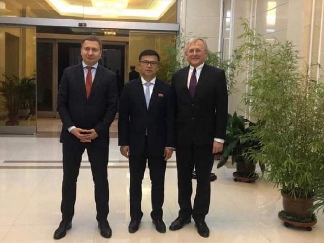 Ông Kwon Jong-gun (giữa), Đại sứ Nga tại Triều Tiên Alexander Matsegora (phải) và Giám đốc Trung tâm nghiên cứu an ninh và năng lượng Nga Anton Khlopkov (trái). Ảnh: ĐSQ NGA TẠI TRIỂU TIÊN