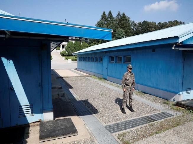 Một binh sĩ Hàn Quốc đứng gác tại làng đình chiến Bàn Môn Điếm tại khu phi quân sự liên Triều. Ảnh: REUTERS