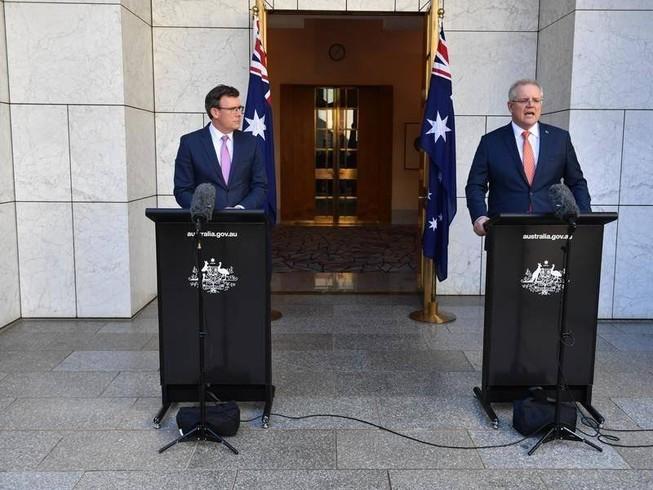 Thủ tướng Úc Scott Morrison (phải) và Bộ trưởng Di trú Alan Tudge (trái) phát biểu tại thủ đô Canberra, Úc.