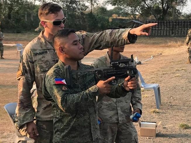 Một binh sĩ Mỹ huấn luyện cho một binh sĩ thuộc Lực lượng vũ trang Philippines cách vận hành phóng lựu M320 tháng 3-2019 tại tỉnh Nueva Ecija, Philippines. Ảnh: QUÂN ĐỘI MỸ