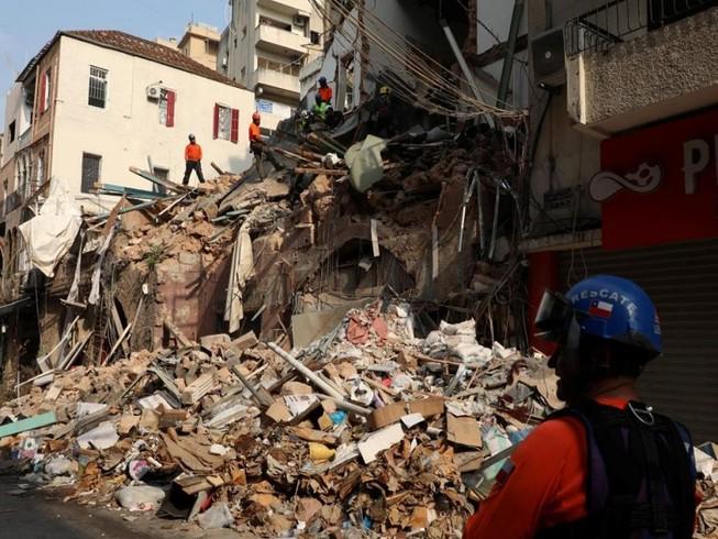 Một đội cứu hộ tìm kiếm trong đống đổ nát của các tòa nhà sụp đổ do vụ nổ lớn tại khu vực cảng Beirut, ở Beirut, Lebanon ngày 3 9 năm 2020. ẢNH: REUTERS