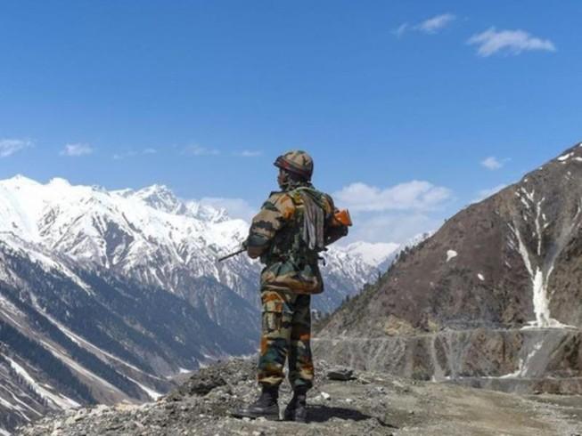 Một binh sĩ Ấn Độ đứng gác tại biên giới Ấn Độ - Trung Quốc ở vùng Ladakh đang tranh chấp. Ảnh: AFP