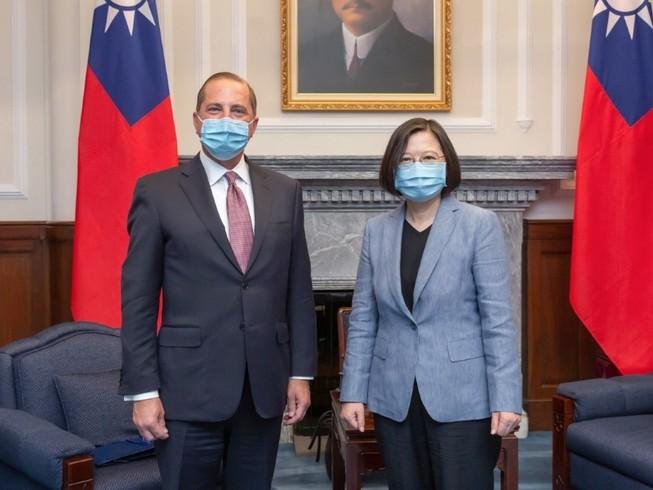 Bộ trưởng Y tế Mỹ Alex Azar trong phiên hội đàm với nhà lãnh đạo Đài Loan Thái Anh Văn hôm 10-8. Ảnh: SCMP