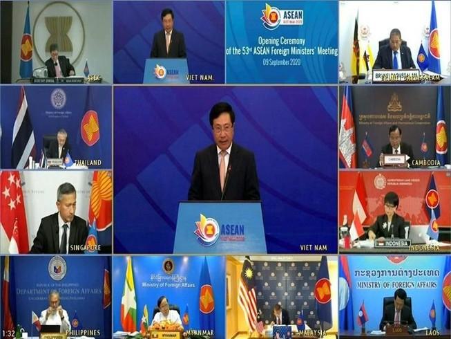 Ngoại trưởng Mỹ Mike Pompeo và các nhà ngoại giao hàng đầu của ASEAN. Ảnh: VTV/AP