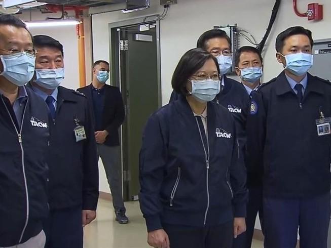 Hình ảnh cố vấn kỹ thuật Mỹ trong chuyến thị sát trạm radar Lạc Sơn của nhà lãnh đạo Đài Loan Thái Anh Văn hôm 13-10. Ảnh: TAIWANNEWS