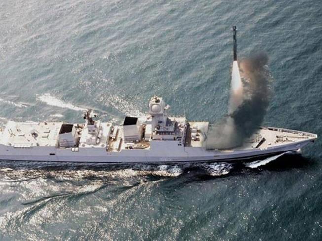 Tên lửa BrahMos được phóng từ  tàu khu trục tàng hình INS Chennai. Ảnh: THE INDIAN EXPRESS