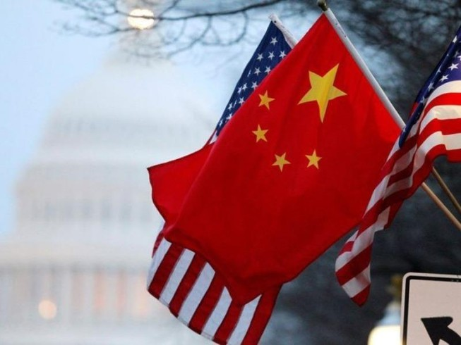 Quốc kỳ Trung Quốc và Mỹ được nhìn thấy gần tòa Nhà Trắng ở Washington, Mỹ.
