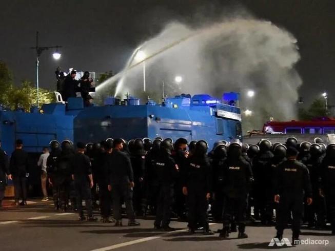 Cảnh sát Thái Lan dùng vòi rồng để giải tán đám đông biểu tình. Ảnh: PICHAYADA PROMCHERTCHOO