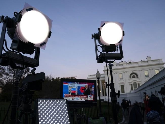 Ảnh minh họa - Giới truyền thông túc trực đưa tin ở bên ngoài Nhà Trắng hôm 6-11. Ảnh: AP