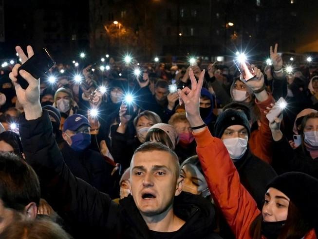 Nhiều người Belarus tại nơi anh Roman Bondarenko bị bắt giữ để phản đối các hành động của chính quyền liên quan tới cái chết của anh này. Ảnh: AFP