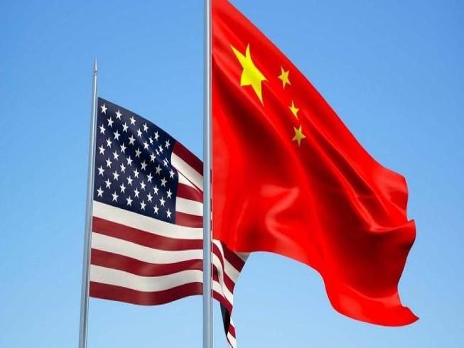 Quốc kỳ Mỹ (trái) và quốc kỳ Trung Quốc (phải).