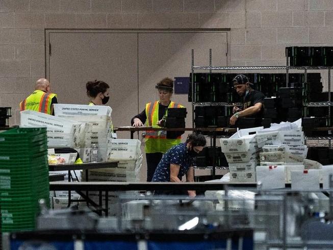 Nhân viên bầu cử đếm phiếu bầu tại Trung tâm Hội nghị Philadelphia.