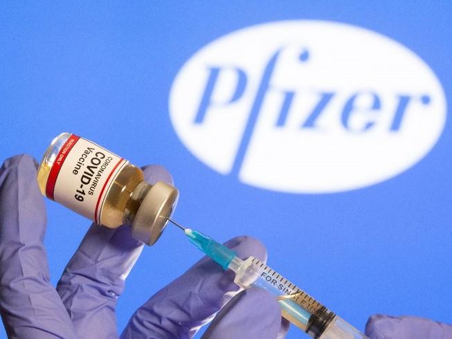 Vaccine ngừa COVID-19 mang tên BNT162b2 do công ty Pfizer (Mỹ) phối hợp cùng đối tác BioNTech (Đức) nghiên cứu phát triển. Ảnh: REUTERS