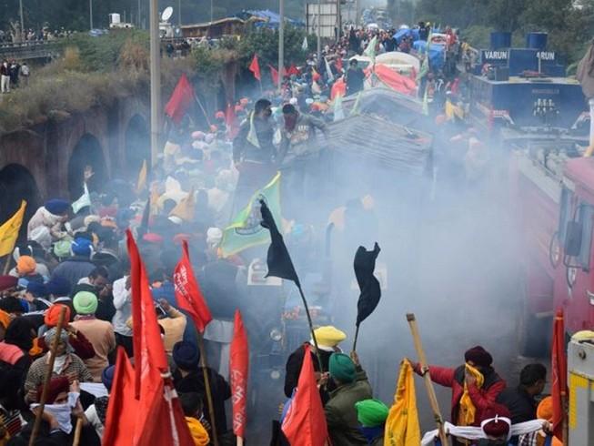 Nông dân từ bang Punjab và Haryana tiến về thủ đô biểu tình phản đối các đạo luật nông nghiệp mới nhưng bị chặn lại bên ngoài New Delhi hôm 27-11. Ảnh: AFP