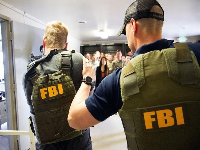 Hai nhân viên FBI đang làm nhiệm vụ. Ảnh: PUBLIC DOMAIN