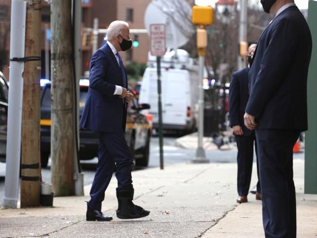Ông Joe Biden di chuyển với chiếc giày tập đi. Nguồn: GETTY