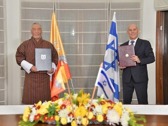 Đại sứ Israel Ron Malka và Đại sứ Bhutan Vetsop Namgyel ký thỏa thuận thiết lập quan hệ ngoại giao Israel-Bhutan hôm 12-12. Ảnh: THE TIMES OF ISRAEL