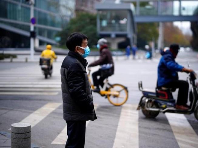 Người dân đeo khẩu trang trên đường phố Vũ Hán, Trung Quốc, ngày 17-12.