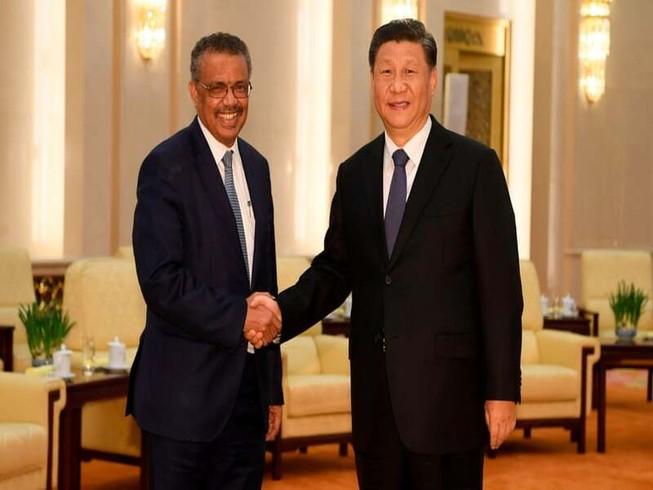 Tổng giám đốc WHO Tedros bắt tay với Chủ tịch Trung Quốc Tập Cận Bình. Ảnh: Naohiko Hatta/AFP