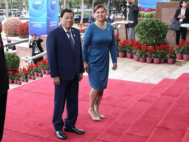 Tổng thống Philippines Rodrigo Duterte (trái) và con gái Inday Sara (phải) cùng tham gia Diễn đàn châu Á Bác Ngao theo lời mời của nước chủ nhà Trung Quốc. Ảnh: PHỦ TỔNG THỐNG PHILIPPINES