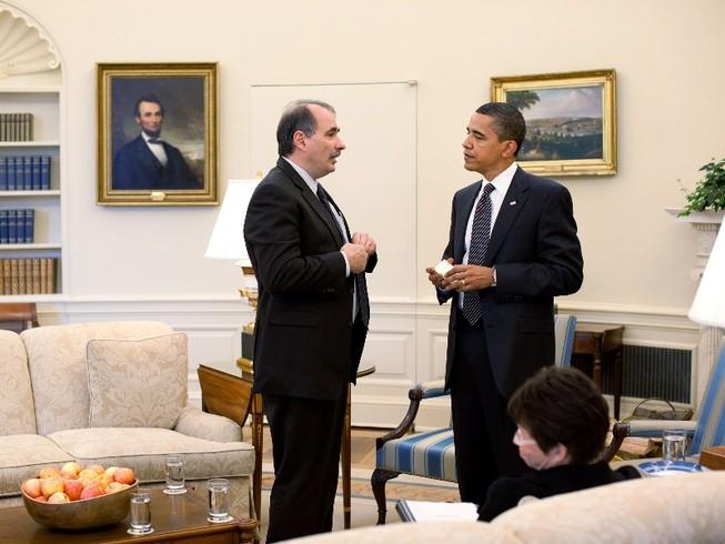 Ông Barack Obama (phải) và ông David Axelrod (trái) nói chuyện trong Nhà Trắng hồi năm 2009. Ảnh: GETTY IMAGES