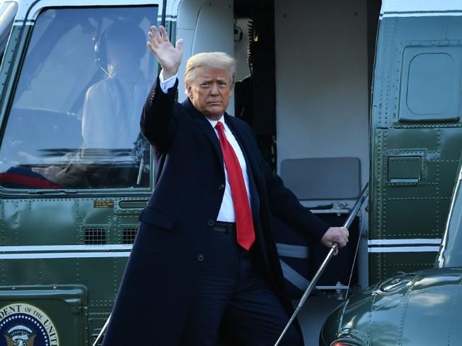 Tổng thống Donald Trump chào người ủng hộ trước khi rời căn cứ không quân Andrews đi bang Florida ngày 20-1. Ảnh: REUTERS