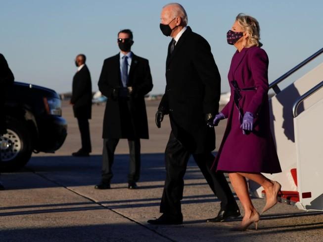 Ông Joe Biden bước xuống máy bay tại căn cứ không quân Andrews, chuẩn bị di chuyển về Washington D.C. ngày 19-1. Ảnh: REUTERS