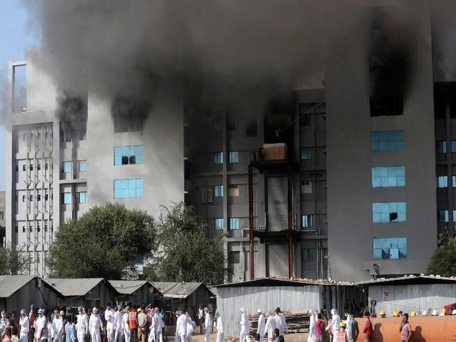 Khói bốc lên từ đám cháy ở Viện Huyết thanh, Ấn Độ. Ảnh: AP
