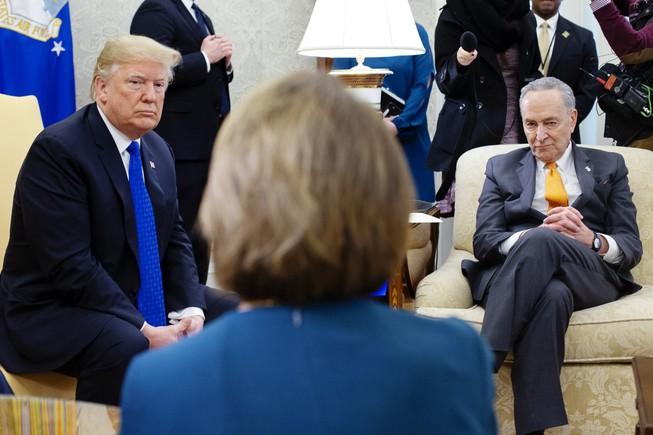 Ông Trump, ông Schumer và bà Pelosi trong một buổi họp. Ảnh: Michael Reynolds/ BLOOMBERG.
