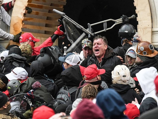 Những người ủng hộ ông Donald Trump đụng độ với cảnh sát khi cố xông vào Điện Capitol hôm 6-1. Ảnh: REUTERS