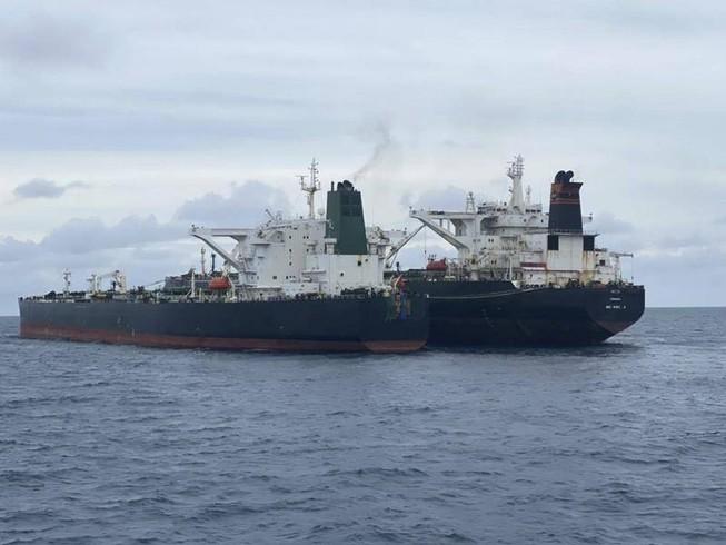 Hai tàu chở dầu của Iran và Panama. Ảnh: Cơ quan An ninh Hàng hải Indonesia/AP.