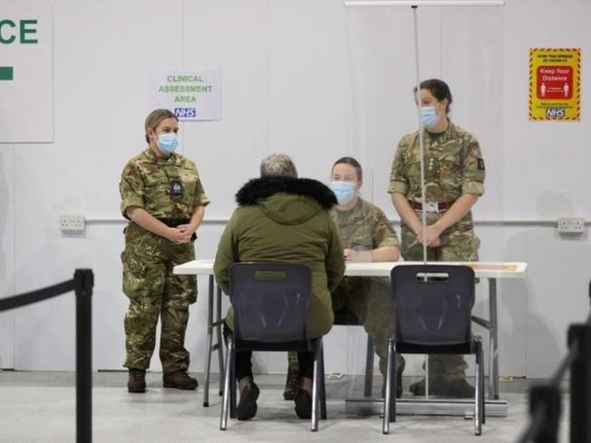 Lầu Năm Góc triển khai quân đội hỗ trợ công tác tiêm chủng vaccine COVID-19. Ảnh: REUTERS