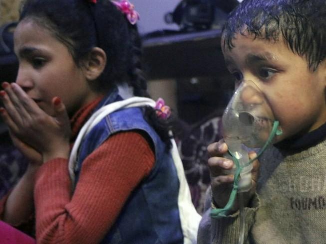 Hình ảnh từ nhóm Mũ bảo hiểm trắng cáo buộc vũ khí hóa học được sử dụng chống lại dân thường ở TP Douma (Syria) hồi tháng 4-2018. Ảnh: AP