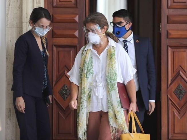 Trưởng Phái đoàn EU tại Venezuela, Đại sứ Isabel Brilhante Pedrosa rời phòng họp tại Trụ sở Bộ Ngoại giao Venezuela hôm 24-2. Ảnh: REUTERS