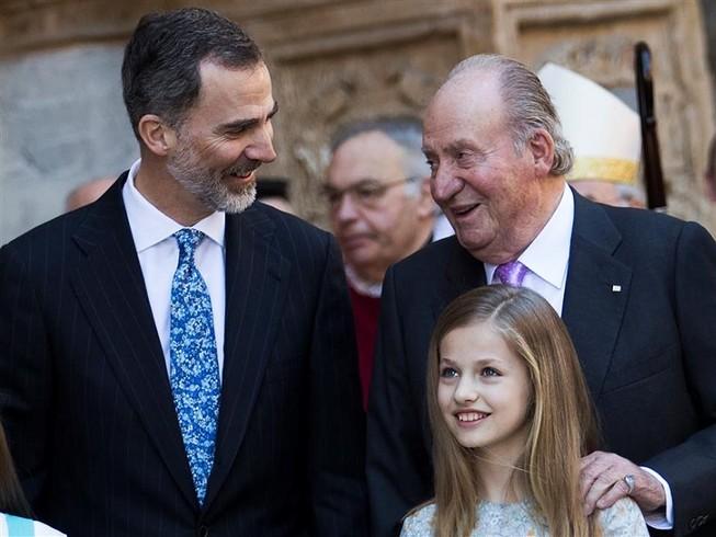 Cựu vương Tây Ban Nha Juan Carlos (phải) cùng con trai là vua Felipe VI (trái) và cháu nội là công chúa Leonor trong một sự kiện hồi tháng 4-2018. Ảnh: AFP