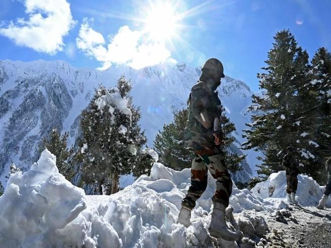 Binh sĩ Ấn Độ đứng gần đèo Zojila, giáp Trung Quốc, vào tháng 11-2020.
