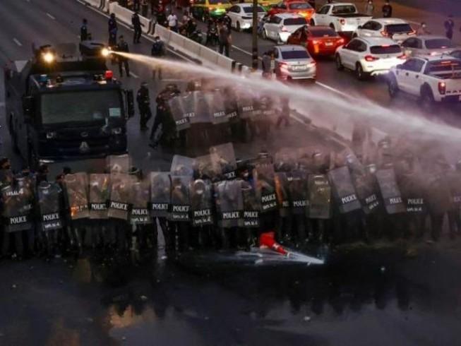 Cảnh sát sử dụng xe vòi rồng để giải tán đám đông biểu tình đang hướng về dinh thự Thủ tướng Thái Lan Prayut Chan-o-cha ở Bangkok hôm 28-2.