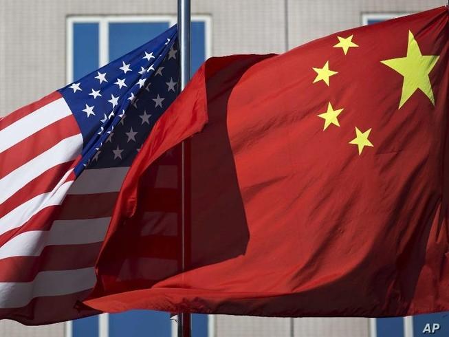 Quốc kỳ Mỹ và quốc kỳ Trung Quốc.