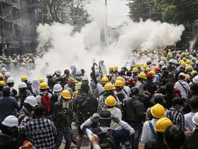 Người biểu tình Myanmar đụng độ cảnh sát ở TP Mandalay ngày 1-3. Ảnh: REUTERS