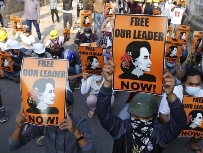 Người dân Myanmar xuống đường biểu tình đòi trả tự do cho bà Suu Kyi và những nhà lãnh đạo khác.