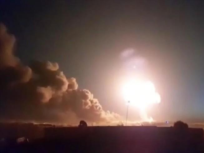 Một vụ nổ ở tỉnh Aleppo (Syria) sau khi khu vực này bị tên lửa đạn đạo tấn công hôm 5-3. Ảnh: ANADOLU