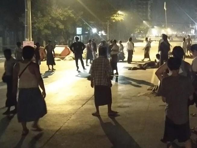 Người dân Myanmar tập trung biểu tình trên một con đường ở thị trấn Insein ở Yangon vào ngày 8-3.